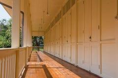 Reihe des Raumes für Unterkunft, viele Türen Abbildung der roten Lilie Stockfotos