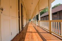 Reihe des Raumes für Unterkunft, viele Türen Abbildung der roten Lilie Stockbild
