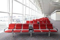 Reihe des roten Stuhls Stockfotos