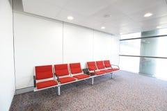 Reihe des roten Stuhls am Flughafen Lizenzfreies Stockfoto