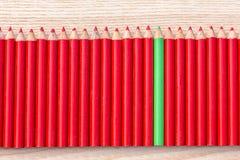 Reihe des roten und grünen Bleistifts Lizenzfreie Stockbilder
