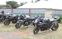 Reihe des Schwarzen parkte Motorräder an der jährlichen Massenfahrt Stockfotos