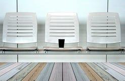 Reihe des Stuhls mit Tasse Kaffee Stockfotos