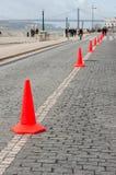 Reihe des Verkehrskegels in der Straße Stockfoto