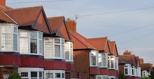 Reihe des Ziegelsteines und der Fliese baute halb Einzelhäuser Lizenzfreie Stockfotos