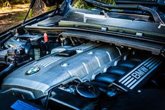 Reihe E90 330i BMWs 3 funkelnde Graphitmaschinenansicht am moun Stockfotografie