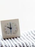 Reihe einer einfachen weißen analogen Uhr auf der Decke, 11/15 Stockfotografie