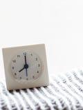 Reihe einer einfachen weißen analogen Uhr auf der Decke, 7/15 Lizenzfreies Stockbild