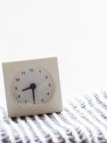 Reihe einer einfachen weißen analogen Uhr auf der Decke, 8/15 Lizenzfreie Stockfotos