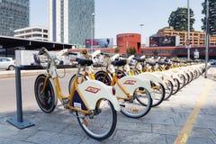 Reihe Fahrräder gesehen in der Perspektive Stockfotografie