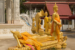Reihe goldener Buddha-Statue in Wat Mai Kham Wan-Tempel, Phichit, Lizenzfreies Stockfoto