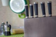 Reihe Küchenmesser mit blrred Hintergrund lizenzfreie stockbilder