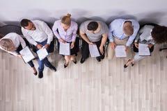 Reihe Leute-des WarteVorstellungsgesprächs stockbild