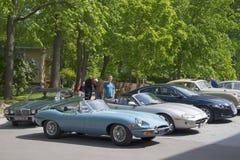 Reihe 2 offenen Tourenwagens Jaguars E (OTS) an der angemessenen Parade von Autos, Jaguar Turku, Finnland Stockbild
