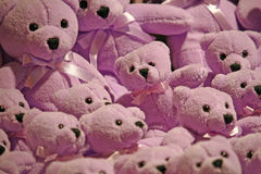 Reihe Plüschpurpur-Teddybären Stockfotografie