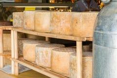 Reihe runde Formen des gelagerten Käses für Verkauf im lokalen marke lizenzfreies stockbild