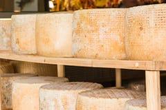 Reihe runde Formen des gelagerten Käses für Verkauf im lokalen marke lizenzfreie stockbilder