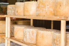 Reihe runde Formen des gelagerten Käses im lokalen Markt stockbild