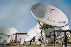 Reihe Satellitenschüsseln Stockbilder