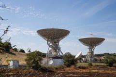 Reihe Satellitenschüsseln lizenzfreie stockfotos