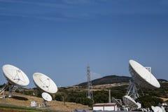 Reihe Satellitenschüsseln lizenzfreies stockfoto