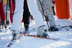 Reihe am Skiaufzuganschluß lizenzfreies stockfoto