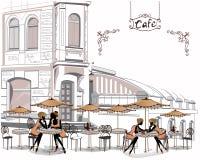 Reihe Straßencafés in der Stadt mit trinkendem Kaffee der Leute Lizenzfreie Stockfotografie