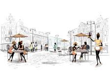 Reihe Straßencafés in der Stadt mit trinkendem Kaffee der Leute Lizenzfreie Stockbilder