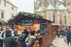 Reihe am traditionellen Weihnachtsmarkt in Prag lizenzfreie stockbilder