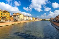 Reihe von alten bunten Gebäudehäusern auf Dammpromenade von der Arno-Fluss in der historischen Mitte von Pisa lizenzfreies stockfoto