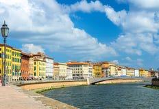 Reihe von alten bunten Gebäudehäusern auf Dammpromenade von der Arno-Fluss, Brücke Ponte Di Mezzo in der historischen Mitte von P lizenzfreies stockfoto