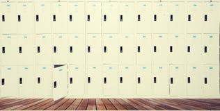 Reihe von alten Schließfächern in der Schule Lizenzfreie Stockbilder