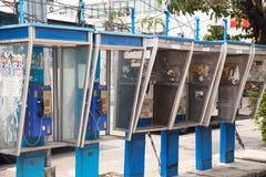 Reihe von alten schmutzigen Münztelefonen auf einer Straße in Thailand Gruppe von Blauem Stockfotografie
