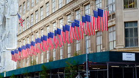 Reihe von amerikanischen Flaggen auf Saks Fifth Avenue, New York City Stockbilder