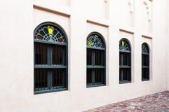 Reihe von arabischen künstlerischen Fenstern in Doha, Katar Lizenzfreie Stockbilder