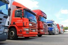 Reihe von benutzten Scania-LKWs Stockbild