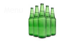 Reihe von Bierflaschen Stockfotos