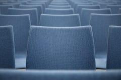 Reihe von blauen Stühlen Auszug Lizenzfreies Stockbild