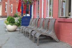Reihe von braunen geflochtenen Stühlen Lizenzfreies Stockbild