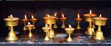 Reihe von Bronzelampen - Diwali - Festival von Lichtern in Indien - Geistigkeit, Religion und Anbetung stockfotos