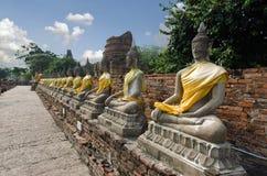 Reihe von Buddha in einem alten thailändischen Tempel bei Ayuthaya Thailand Stockfotos