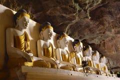 Reihe von Buddha-Statuen innerhalb heiliger Yathaypyan-Höhle in Hpa-An, M Lizenzfreie Stockfotografie