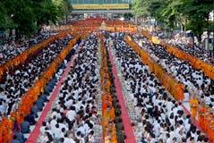 Reihe von buddhistischen Mönchen für Völker geben Lebensmittelangebote. Stockfotos