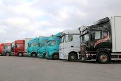 Reihe von bunten Anhänger-LKWs auf einem Yard Stockfotos