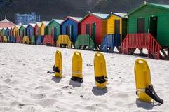 Reihe von bunten Badenhäusern an Muizenberg-Strand stockfotos