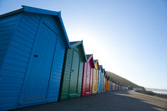 Reihe von bunten hölzernen Strandhütten in Whitby Stockfotografie