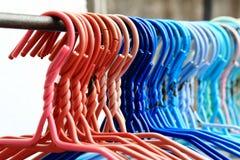 Reihe von bunten Riemen-Kleiderbügeln stockfotografie