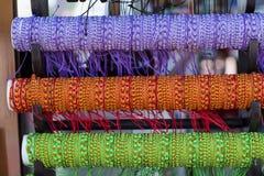 Reihe von bunten Threadarmbändern auf Schmuckmarkt Stockbild