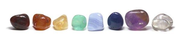 Reihe von chakra Kristallen auf Weiß