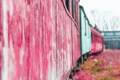 Reihe von den alten korallenroten rosa Wagen zusammen befestigt stockbild